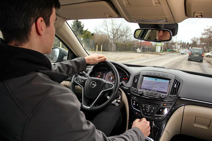 használt Opel Insignia vezetés közben